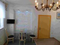 Ferienzimmer 1 mit Essplatz, TV, und farbigen Wandrelief - Bild 6: Ferienzimmer im schönsten Tal der Oberlausitz, in der Cunewalder Obermühle