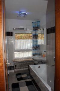 Im Badezimmer ist eine große Badewanne und eine separate Dusche in der Ecke integriert. - Bild 9: Ferienhaus Zaunkönig Ihr Urlaub mit Hund im Odenwald / Hessen
