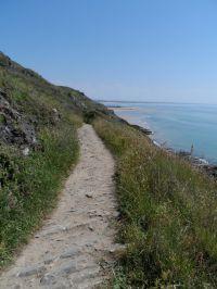 Im Norden der Halbinsel laden die alten Zöllnerwege entlang der Steilküste zum Wandern ein. Atemberaubende Ausblicke bieten sich dem Wanderer. - Bild 12: Maison Biemont, normannisches Natursteinhaus 16. Jahrhundert, Kamin