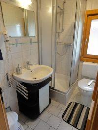 Duschbad mit fester Duschabtrennung, Waschbecken und WC - Bild 6: Blockhausurlaub Bayerischer Wald - ideal für Familien mit Kindern und Hund
