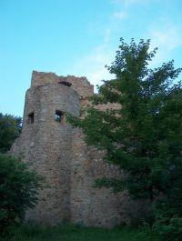 Die Ruine Kürnburg befindet sich im Wald oberhalb des Ferienparks in einer Entfernung von ca. 500 m. - Bild 15: Blockhausurlaub Bayerischer Wald - ideal für Familien mit Kindern und Hund