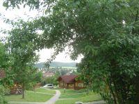 Blick aus dem Ferienpark auf den Ort Stamsried mit dem Barockschloß im Tal. - Bild 15: Urlaub im Blockhaus - Ruhe und Natur für Mensch und Hund