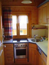 Kleine moderne Küche mit allem an Elektrogeräten, was man so zum Kochen braucht. - Bild 3: Urlaub im Blockhaus - Ruhe und Natur für Mensch und Hund