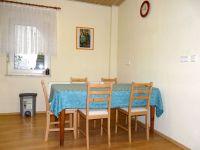 Der Esstisch mit fünf Stühlen in der Küche - Bild 6: Ferienwohnung Schart in Ronneburg / Hessen / Main-Kinzig-Kreis