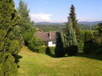 Blick auf den eingezäunten Garten - Bild 6: Ferienhaus Degenhardt im Bayerischen Wald - Im Urlaub und doch zu Hause