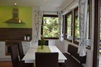 Die gemütliche Essgruppe mit Blick in den Wald - Bild 6: Ferienhaus Eifelröschen - wenn Sie das Besondere lieben