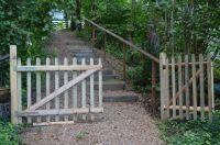 Über diesen Zuweg hinab gelangen Sie in den eingezäunten Garten des Eifelröschens. - Bild 3: Ferienhaus Eifelröschen - wenn Sie das Besondere lieben