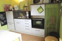 Die moderne Einbauküche verfügt über eine Vollausstattung mit Ceranfeld, Backröhre, Mikrowelle, Kühlschrank, Wasserkocher, Kaffeemaschine, Geschirrspülmaschine usw. Sogar Gewürze sind vorhanden. - Bild 12: Strandnahes und komfortables Ferienhaus Nordsee-Robee