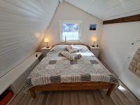 Auch dieses Schlafzimmer ist mit einem Doppelbett und einem Flachbild-TV ausgestattet. - Bild 6: Strandnahes und komfortables Ferienhaus Nordsee-Robee