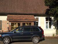Frontansicht der Wohnung mit PKW-Stellplatz und separaten Eingangsbereich (Vorbau). - Bild 6: FeWo in der alten Kinderschule im Naturpark Südschwarzwald