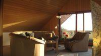Die Lounge im Dachgeschoss hat den 100% Kuschelfaktor. Sie finden dort auch eine kleine Pantry, damit Sie Ihren Kaffee oder Tee kochen können. Ein Flachbild-TV und eine Musikanlage runden alles ab. Auch gibt es hier oben eine Toilette. Im Anschluss an die Lounge gelangen Sie direkt auf die grosse Sonnen-Terrasse mit traumhaftem Meerblick, der Sie umhauen wird. Hier will man nicht mehr weg.: -) - Bild 3: Top-Ferienhaus Ostsee Meersicht Hunde Nahe Grömitz