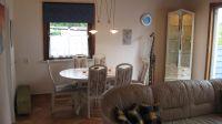 Der Esstisch befindet sich im Wohnzimmer direkt an der Küche und bietet 6 Personen ausreichend Platz. Er ist auch noch ausziehbar. Meistens nutzt man aber die überdachte Terrasse, da man dort wettergeschützt toll sitzen kann. - Bild 6: Nahe Grömitz Neustadt Pelzerhaken Rettin Ostsee Hunde willkommen