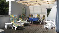 Die grosszügige Terrasse mit Holzboden lädt zum gemütlichen Verweilen ein. Die Hälfte ist überdacht und bietet von daher bei jedem Wetter ein Sitzvergnügen. Der Aussenkamin macht die Sache perfekt. - Bild 3: Nahe Grömitz Neustadt Pelzerhaken Rettin Ostsee Hunde willkommen
