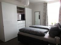 Schlafzimmer mit Flachbildschirm - Bild 6: EG FEWO in Göhren 200m zum Strand, Terrasse, WLAN!!