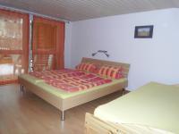 Schlafzimmer mit einem Doppel- und einem Einzelbett. - Bild 3: Ferienwohnung D im Ferienhaus Homburger