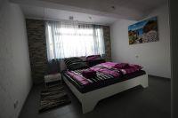 Schlafzimmer mit Doppelbett 1,80 m Baby-Reisebett aufstellbar und vorhanden - Bild 6: Wellness für Familie und Hund Ferienhaus an Ostsee und Schlei