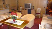 Im Wohnzimmer gibt es einen Fernseher mit DVD-Player. - Bild 3: Ferienwohnung (Souterrain) in Berlin-Rudow