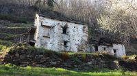 Eines von vielen Zeugnissen einer intensiven Vergangenheit: 3-stöckiges Stallgebäude von 1899 auf nun einsamer Alm mit umfangreichen Terrassierungen - Bild 18: Sonnig und ruhig gelegenes Ferienhaus in Orasso (Cannobiner Tal)