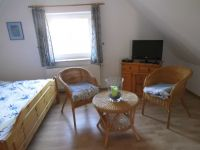 Doppelbett,Schrank,Fernseher ausgestattet. - Bild 12: Friesenhaus Elke 2-5 Personen, Urlaub mit Hund,eingezäunten Garten.