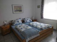 Doppelbett,Schrank - Bild 15: Ferienhaus Ramona 2-6 Pers.Urlaub mir Hund,Nessmersiel -Nordseeküste