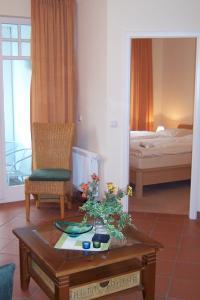 Wohnzimmer mit Blick auf den Balkon und das Schlafzimmer - Bild 3: Ferienwohnung Nr. 8 in der Villa Laetitia